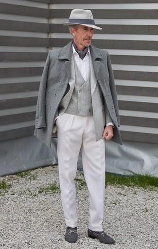 Trend da uomo 2020 quando fa gelo: Indossa un soprabito grigio e pantaloni eleganti bianchi per un look elegante e di classe. Mocassini eleganti di tela blu scuro renderanno il tuo look davvero alla moda.