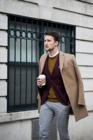 Come indossare e abbinare: soprabito marrone chiaro, blazer bordeaux, maglione girocollo senape, camicia elegante bianca