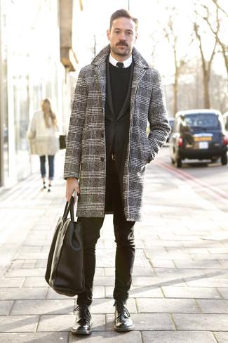 Come indossare e abbinare: soprabito con motivo pied de poule nero e bianco, blazer nero, maglione girocollo nero, camicia elegante bianca