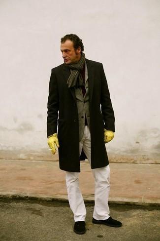 Trend da uomo 2020 in autunno 2020: Scegli un outfit composto da un soprabito nero e jeans bianchi per essere elegante ma non troppo formale. Per distinguerti dagli altri, mettiti un paio di sneakers basse di tela nere. È buona idea per essere alla moda in questi mesi autunnali!
