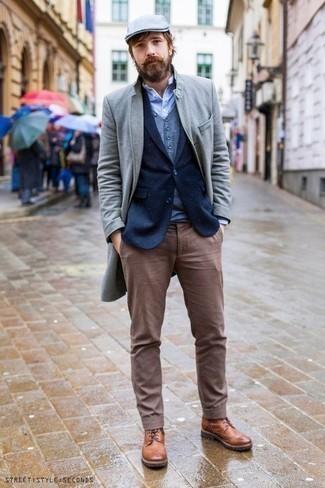 Trend da uomo 2020 in inverno 2021: Opta per un soprabito grigio e chino marroni per un look da sfoggiare sul lavoro. Stivali casual in pelle terracotta sono una gradevolissima scelta per completare il look. Conquesto outfitnon si può mai sbagliare in questa stagione invernale.