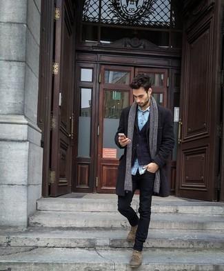Trend da uomo 2020 in inverno 2021: Opta per un soprabito nero e jeans neri per un drink dopo il lavoro. Stivali casual in pelle scamosciata marrone chiaro sono una eccellente scelta per completare il look. Questo è senza dubbio il look da copiare in questa stagione invernale.