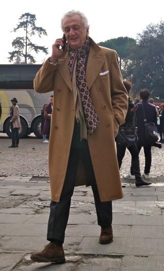 Come indossare e abbinare calzini neri: Per un outfit della massima comodità, scegli un outfit composto da un soprabito marrone chiaro e calzini neri. Impreziosisci il tuo outfit con un paio di scarpe derby in pelle scamosciata marroni.