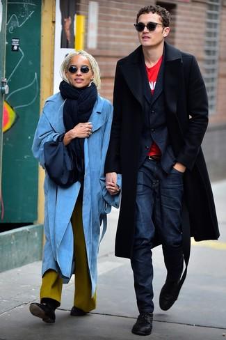 Come indossare e abbinare: soprabito nero, blazer di lana blu scuro, t-shirt girocollo stampata rossa, jeans blu scuro