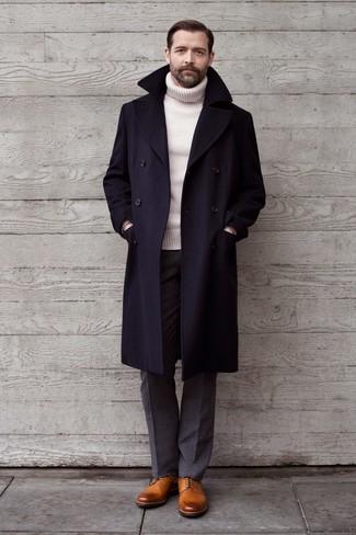 Come indossare e abbinare un dolcevita di lana bianco: Scegli un dolcevita di lana bianco e pantaloni eleganti di lana grigi come un vero gentiluomo. Scarpe derby in pelle marrone chiaro sono una gradevolissima scelta per completare il look.