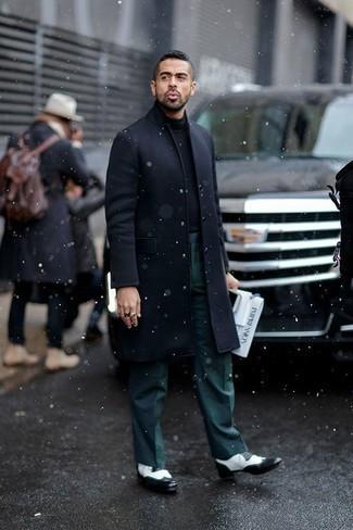 Come indossare e abbinare un dolcevita nero: Scegli un outfit composto da un dolcevita nero e pantaloni eleganti verde scuro come un vero gentiluomo. Scarpe brogue in pelle nere e bianche sono una splendida scelta per completare il look.