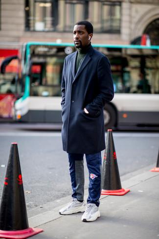Come indossare e abbinare: soprabito blu scuro, dolcevita verde scuro, pantaloni sportivi blu, scarpe sportive grigie
