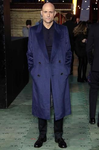 Come indossare e abbinare: soprabito blu scuro, maglia  a polo blu scuro, pantaloni eleganti neri, scarpe derby in pelle nere