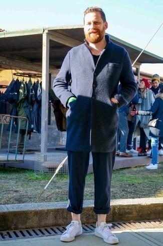 Trend da uomo 2020: Vestiti con un soprabito blu scuro e chino blu scuro per un look da sfoggiare sul lavoro. Indossa un paio di sneakers basse in pelle bianche per avere un aspetto più rilassato.