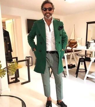 Moda uomo anni 40: Questa combinazione di un soprabito verde e chino stampati verde menta è perfetta per una serata fuori o per occasioni smart-casual. Mettiti un paio di scarpe double monk in pelle nere per un tocco virile.