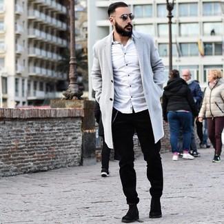 Come indossare e abbinare: soprabito grigio, camicia a maniche lunghe bianca, chino di velluto a coste neri, stivali chelsea in pelle scamosciata neri