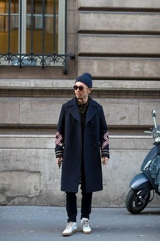 Come indossare e abbinare una berretto blu scuro: Indossa un soprabito blu scuro con una berretto blu scuro per un look perfetto per il weekend. Questo outfit si abbina perfettamente a un paio di sneakers alte in pelle bianche.
