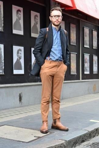 Come indossare e abbinare bretelle blu scuro: Per un outfit della massima comodità, scegli un outfit composto da un soprabito grigio scuro e bretelle blu scuro. Scegli un paio di stivali chelsea in pelle marrone chiaro come calzature per un tocco virile.
