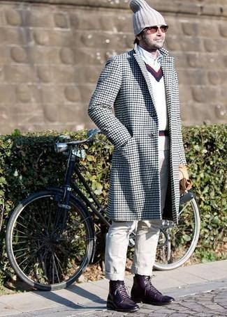 Come indossare e abbinare calzini neri: Per un outfit della massima comodità, prova ad abbinare un soprabito bianco e blu scuro con calzini neri. Sfodera il gusto per le calzature di lusso e indossa un paio di stivali casual in pelle melanzana scuro.