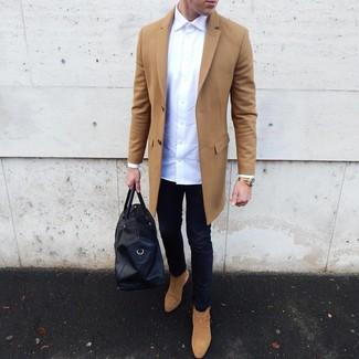 Come indossare e abbinare: soprabito marrone chiaro, camicia a maniche lunghe bianca, jeans aderenti blu scuro, stivali chelsea in pelle scamosciata marrone chiaro