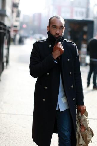 Come indossare e abbinare: soprabito blu scuro, camicia a maniche lunghe blu, jeans blu scuro, ventiquattrore di tela verde oliva