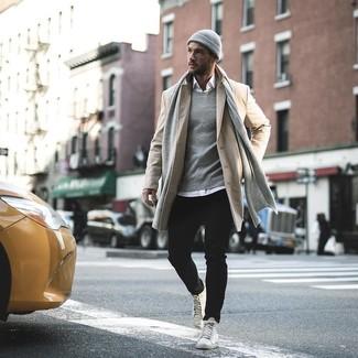 Come indossare e abbinare: soprabito beige, camicia a maniche lunghe bianca, jeans neri, sneakers alte in pelle bianche