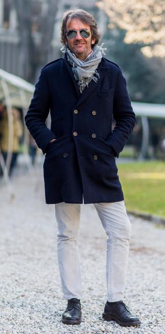 Come indossare e abbinare: soprabito blu scuro, camicia a maniche lunghe bianca, jeans bianchi, scarpe derby in pelle nere