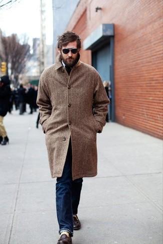 Trend da uomo in modo smart-casual: Scegli un soprabito a spina di pesce marrone e jeans blu scuro per un look elegante ma non troppo appariscente. Perché non aggiungere un paio di mocassini con nappine in pelle marrone scuro per un tocco di stile in più?