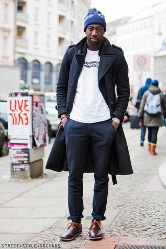 Moda uomo anni 20: Potresti combinare un soprabito grigio scuro con chino blu scuro se preferisci uno stile ordinato e alla moda. Non vuoi calcare troppo la mano con le scarpe? Scegli un paio di chukka in pelle bordeaux per la giornata.