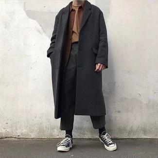 Moda uomo anni 30 in autunno 2021: Metti un soprabito grigio scuro e chino grigio scuro per un look davvero alla moda. Per distinguerti dagli altri, calza un paio di sneakers basse di tela nere e bianche. Questo è l'outfit eccellente per i mesi autunnali.