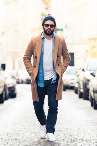 Come indossare e abbinare una camicia di jeans blu: Prova a combinare una camicia di jeans blu con jeans blu scuro per vestirti casual. Sneakers basse bianche sono una validissima scelta per completare il look.