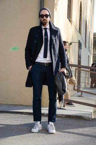 Come indossare e abbinare calzini neri: Potresti combinare un soprabito blu scuro con calzini neri per una sensazione di semplicità e spensieratezza. Sneakers basse in pelle bianche sono una valida scelta per completare il look.