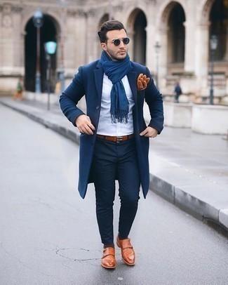 Come indossare e abbinare calzini marrone scuro: Opta per un soprabito blu scuro e calzini marrone scuro per un look perfetto per il weekend. Calza un paio di scarpe double monk in pelle terracotta per un tocco virile.