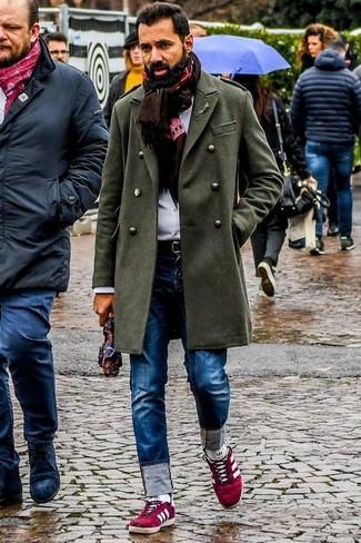 Come indossare e abbinare: soprabito verde oliva, camicia elegante bianca, jeans blu, sneakers basse in pelle scamosciata rosse