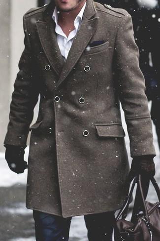 Come indossare e abbinare: soprabito verde oliva, camicia elegante bianca, pantaloni eleganti neri, borsone in pelle marrone scuro