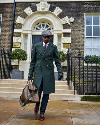 Come indossare e abbinare: soprabito verde scuro, camicia elegante bianca, pantaloni eleganti blu scuro, mocassini con nappine in pelle bordeaux
