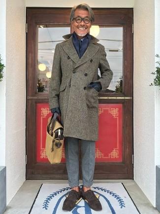 Come indossare e abbinare: soprabito verde oliva, camicia elegante azzurra, pantaloni eleganti di lana grigi, scarpe oxford in pelle scamosciata marrone scuro