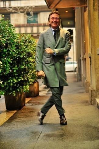 Come indossare e abbinare un orologio argento: Per un outfit della massima comodità, indossa un soprabito verde oliva con un orologio argento. Un bel paio di scarpe double monk in pelle marrone scuro è un modo semplice di impreziosire il tuo look.