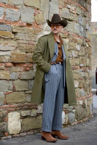 Come indossare e abbinare: soprabito verde oliva, camicia giacca in pelle scamosciata terracotta, abito a righe verticali grigio, t-shirt girocollo bianca