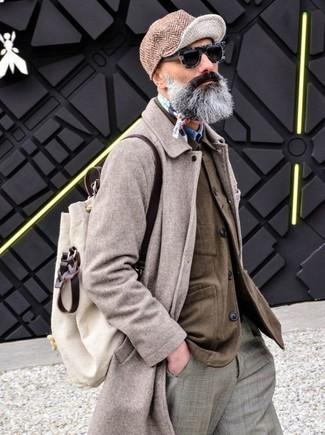 Come indossare: soprabito beige, camicia giacca marrone, camicia di jeans blu, pantaloni eleganti scozzesi grigi