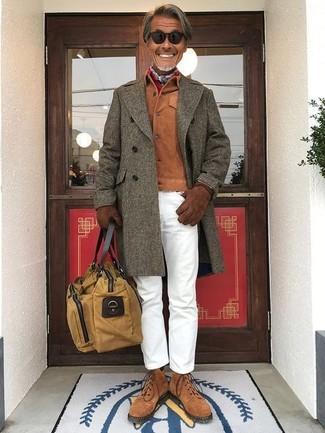 Come indossare e abbinare: soprabito verde oliva, camicia giacca in pelle scamosciata terracotta, chino bianchi, stivali casual in pelle scamosciata marroni