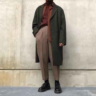 Come indossare e abbinare: soprabito verde oliva, camicia giacca terracotta, dolcevita bordeaux, pantaloni eleganti a quadri marroni