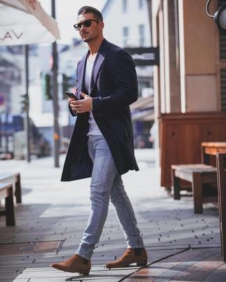 Come indossare e abbinare: soprabito blu scuro, canotta bianca, jeans aderenti azzurri, stivali chelsea in pelle scamosciata terracotta