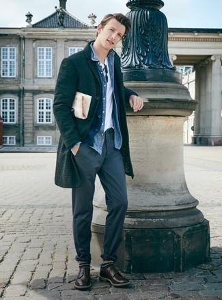 Come indossare e abbinare: soprabito scozzese grigio scuro, cardigan blu scuro, camicia di jeans blu, t-shirt girocollo bianca