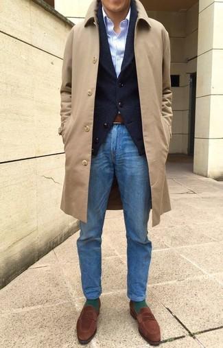Come indossare e abbinare: soprabito marrone chiaro, cardigan con collo a scialle nero, camicia elegante a righe verticali azzurra, jeans blu