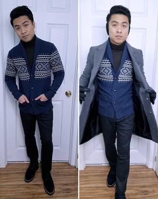 Come indossare e abbinare guanti in pelle blu scuro: Abbina un soprabito blu scuro con guanti in pelle blu scuro per un look perfetto per il weekend. Scegli uno stile classico per le calzature e scegli un paio di stivali casual in pelle scamosciata blu scuro come calzature.
