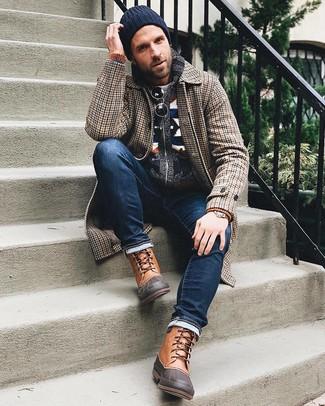 Come indossare e abbinare: soprabito con motivo pied de poule marrone, cardigan con collo a scialle con motivo fair isle blu scuro, maglione girocollo grigio, jeans blu scuro
