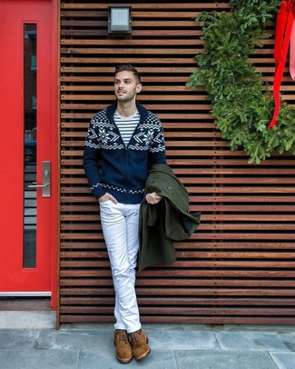 Come indossare e abbinare: soprabito verde scuro, cardigan con collo a scialle con motivo fair isle blu scuro, t-shirt girocollo a righe orizzontali bianca e blu scuro, jeans bianchi
