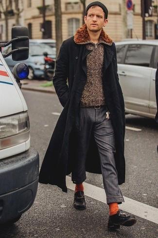 Come indossare e abbinare: soprabito nero, cardigan con zip marrone, chino grigio scuro, scarpe da barca in pelle nere