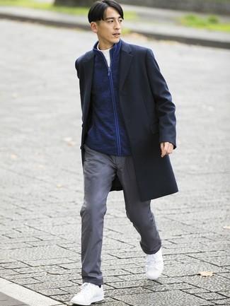 Come indossare e abbinare: soprabito nero, cardigan con zip blu scuro, dolcevita bianco, chino grigi