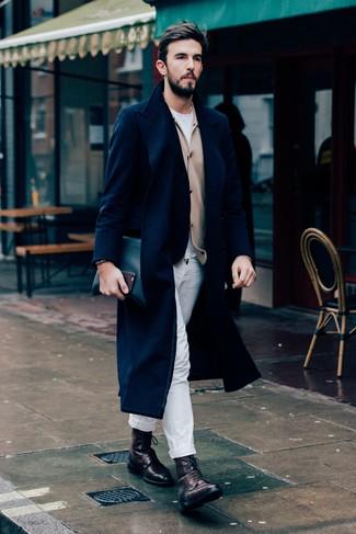 Come indossare e abbinare: soprabito blu scuro, cardigan marrone chiaro, t-shirt girocollo bianca, chino bianchi