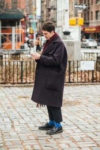 Trend da uomo 2020: Abbina un soprabito melanzana scuro con chino grigio scuro, perfetto per il lavoro. Mettiti un paio di scarpe derby in pelle nere per dare un tocco classico al completo.