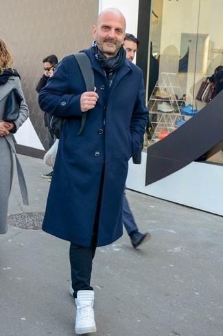 Trend da uomo 2020: Abbina un soprabito blu scuro con chino neri per essere elegante ma non troppo formale. Per distinguerti dagli altri, indossa un paio di sneakers alte bianche.