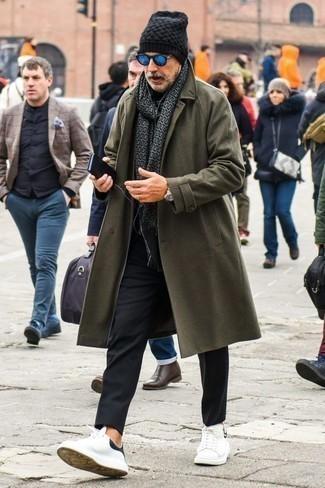 Trend da uomo 2020 quando fa freddo: Prova ad abbinare un soprabito verde oliva con chino neri se cerchi uno stile ordinato e alla moda. Se non vuoi essere troppo formale, indossa un paio di sneakers basse in pelle bianche e nere.