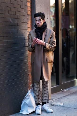 Come indossare e abbinare chino scozzesi beige: Prova a combinare un soprabito marrone chiaro con chino scozzesi beige per un look davvero alla moda. Scegli uno stile casual per le calzature con un paio di sneakers basse di tela bianche.
